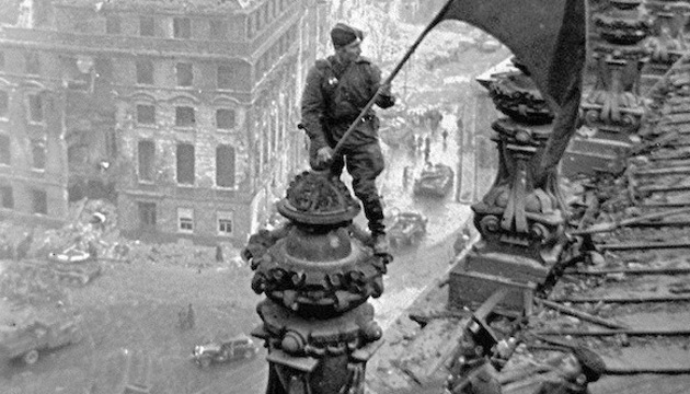 Олексій Берест з прапором над Рейхстагом